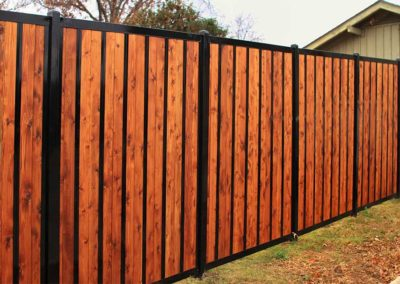 privacy-fence-ideas_0006_stained-cedar-black-metal